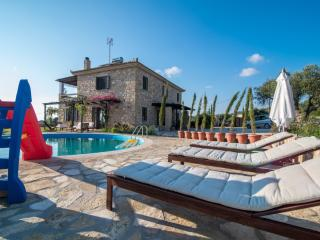 Beautiful Stone Villa in olive groves near the sea, Kalo Nero