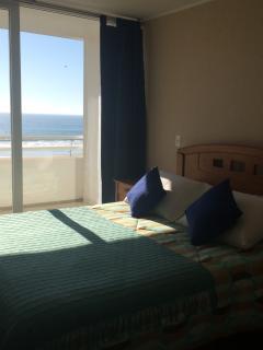 Dormitorio principal en suite, con vista a la playa.  Para dos personas