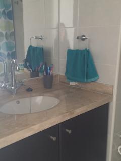 Dos baños completos con tina.