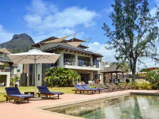 4 BR Beachfront apartment with pool at Tamarin by Horizon Holidays