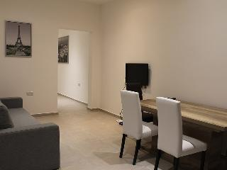 Modern Central Unit, AC, Cable TV, Wifi, Sleeps 7, Sliema