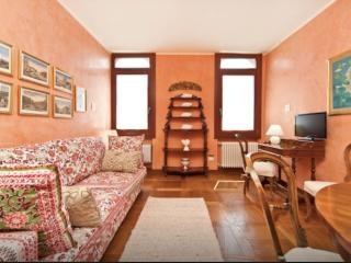 Accademia: elegant Venetian style apt facing canal