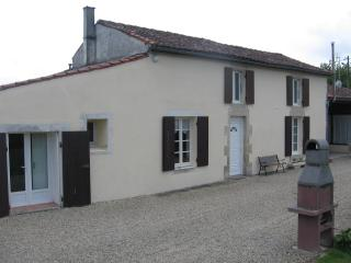lovely restored country farmhouse with gardens, Paille