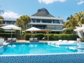 Leora - Beachfront 3BR apartment by Horizon Holidays