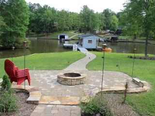 Spacious Remodeled Lake Front Home, Eatonton