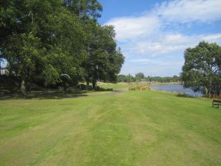 Río Dee en la parte posterior de la casa. Se puede ver el parque Duthie en la distancia.