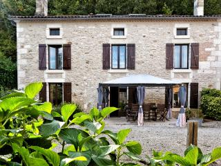 La Varenne Farmhouse & Heated Pool Beautiful 4* for Families & Friends Sleeps 10