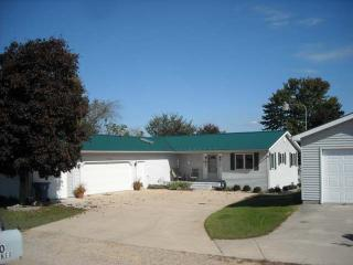 Lakefront Home With Large Yard And Sandy Beach, Gladwin