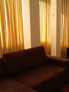 Sala ampla e totalmente iluminada.