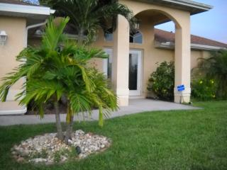 Beautifully decorated 4 bedroom pool home, Cape Coral