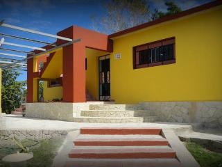 VILLA JUANA .NATURALEZA Y PLAYA, HOLGUIN. CUBA, Hollywood