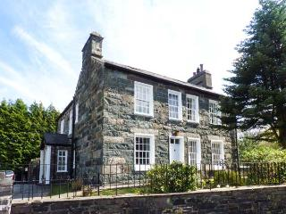 YNYS WEN, Grade II listed cottage, with open fire, off road parking, garden, in, Llanberis