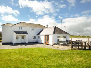 THE OLD COTTAGE, off road parking, private garden, pet-friendly, Trearddur Bay