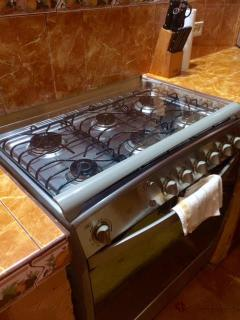 6 gas burners, full size stove and oven (not mini stove / oven often seen in Nicaragua)
