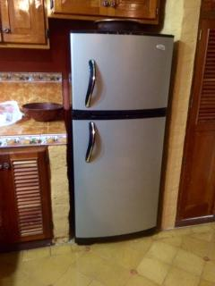 Full size refrigerator and freezer (not mini size often found in Nicaragua) with plenty of ice trays