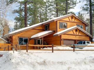 Pet Friendly NEWLY REMODELED Rustic 3bds Mountain Cabin, 7min to EVERYWHERE