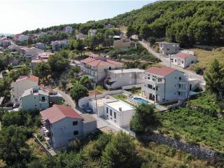 Idyllic villa near Split with pool & free parking