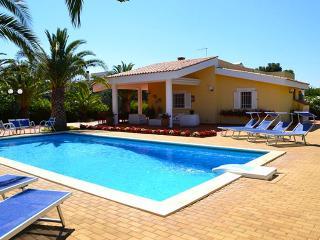 Villa Cavuzzi with private pool and large veranda, Polignano a Mare