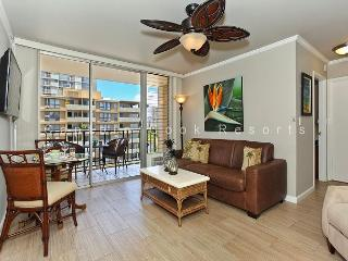 Fresh Contemporary/Hawaiian Decor with A/C, Washer/Dryer, WiFi, and Parking!, Honolulu