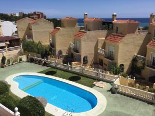 Casa adosada con piscina y a 100 m del mar