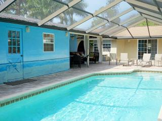 Siesta Beach Cottage 1mi to Siesta w/ shared pool, Sarasota