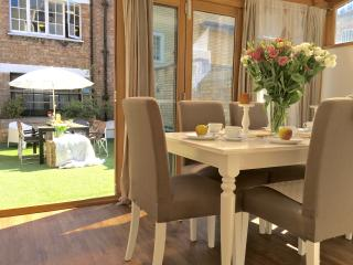 Covent Garden LUXURY 2 BEDROOM/ 3 BEDS 2,5 bath 5min subway! private roof garden