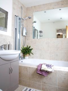 Light, bright and spacious bathroom