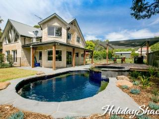 2 Marma Retreat - Luxury Family Retreat (Red Hill) with jacuzzi, heated pool, pe