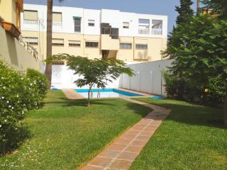 La casa de Enka con piscina,  playa a  50m, AC y WIFI: MalagadeVacaciones, Málaga