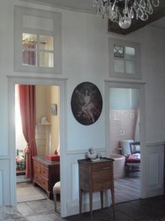 les portes donnant dans la salle de bain et la petite chambre