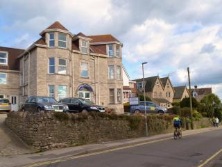 Swanage 2 bed  flat 100m to beach, with parking.