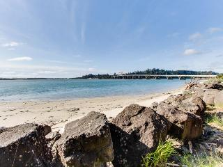 Creative, one-of-a-kind bayfront beach house w/bridge views!, Waldport