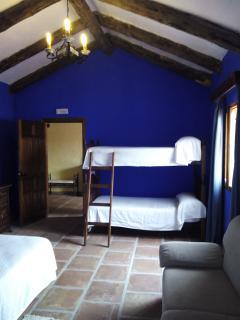 Habitación para familias, con cama matrimonio y literas