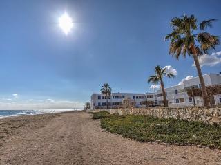 única urbanización en la misma playa, La Parata