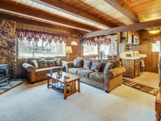 Cozy alpine getaway w/ entertainment, near top-tier skiing & beach access!, South Lake Tahoe