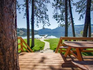 Posh lakefront chalet w/ amazing views—near public boat launch!