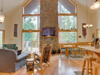 Home w/ mountain views, chef's kitchen, private hot tub!, Government Camp