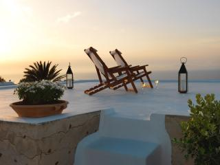 Als Mansion for a memorable stay in Oia Santorini!