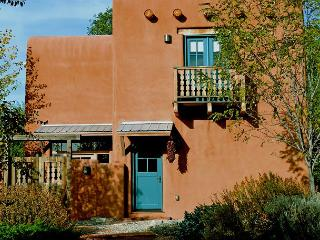 Large Enclosed Yard Walk to Plaza Private Hot Tub -Sleek European Flair, Taos