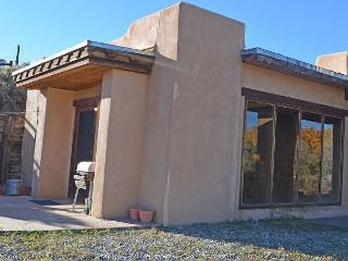 Beautiful Mountain View in a small secluded Compound Kiva Fireplace Wifi, El Prado