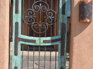 House of the Turquoise Gate 360 Degree Views with Enclosed Yard, El Prado