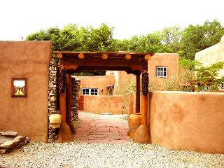 Walk to town -Historic restored condo (a former family compound and chapel), Taos