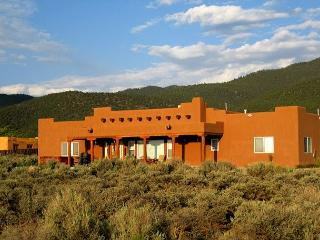 Heathers Hacienda 1 Town VIews CIty Lights Evap cooling hot tub, Taos