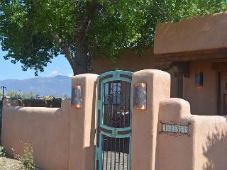House of the Turquoise Gate 360 Degree Views with Enclosed Yard