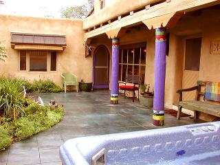 Blue Elk Casa enclosed Patio with Hot Tub Air Conditioned Walk to Plaza, Taos
