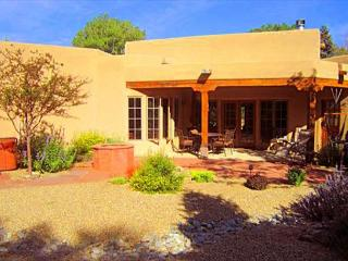 Bella Villa In Town luxury upscale hot tub walk to plaza enclosed yard, Taos