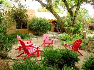 Buffalo Gal Casita- 'Old Taos Charm' adobe, internet, walk to plaza hot tub