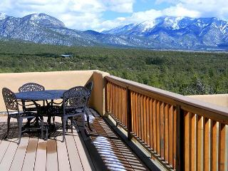 Casa Vistas Extraordinary Mountain Views,2 View decks,Secluded, Hot Tub, El Prado