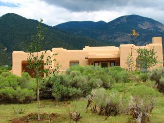 Taos affordable rental Los Altos mountain view patio hot tub internet pool, Arroyo Seco