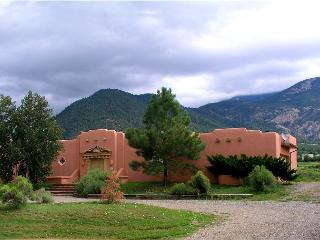 Taos upscale Los Altos mountain view pool tennis high speed internet hot tub, Arroyo Seco